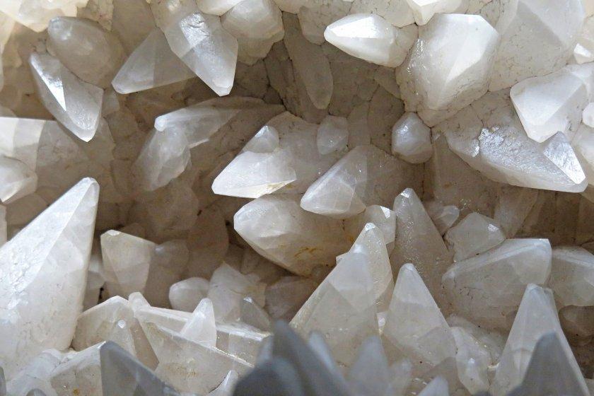 bijoux incrustés de pierres naturelles